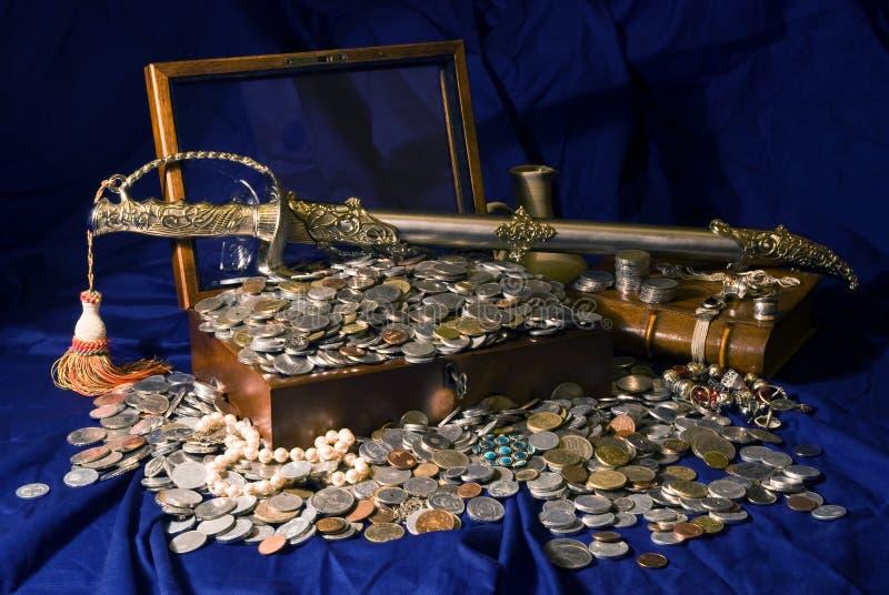 monedas y espada del tesoro foto de archivo