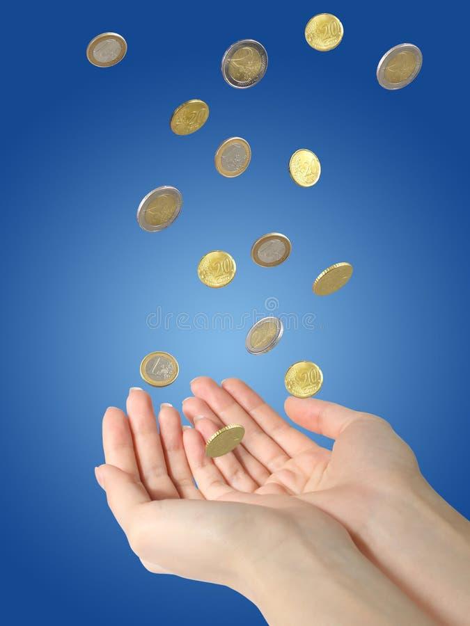 Monedas y manos imagen de archivo