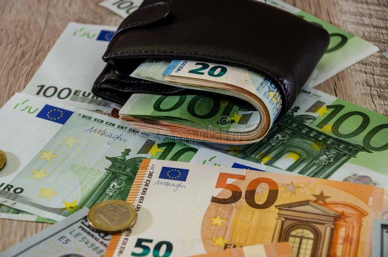 Monedero euro con el dinero en cierre de madera del fondo para arriba fotografía de archivo libre de regalías