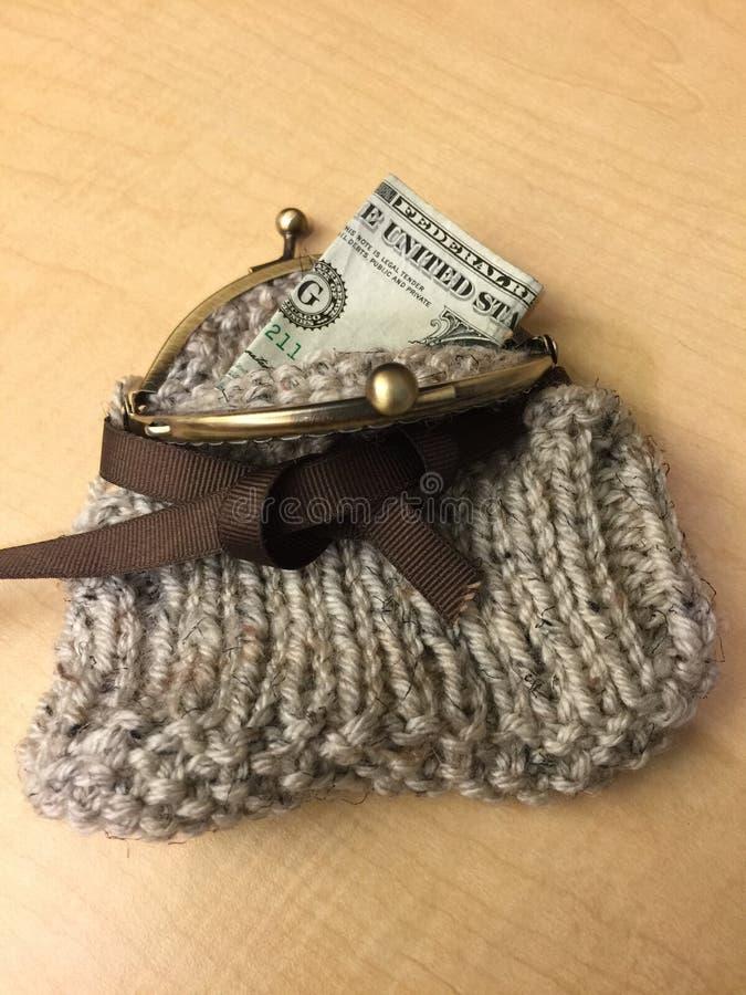 Monedero hecho punto con la cinta de Brown y el cierre de la broche de la palanca del latón imagen de archivo libre de regalías