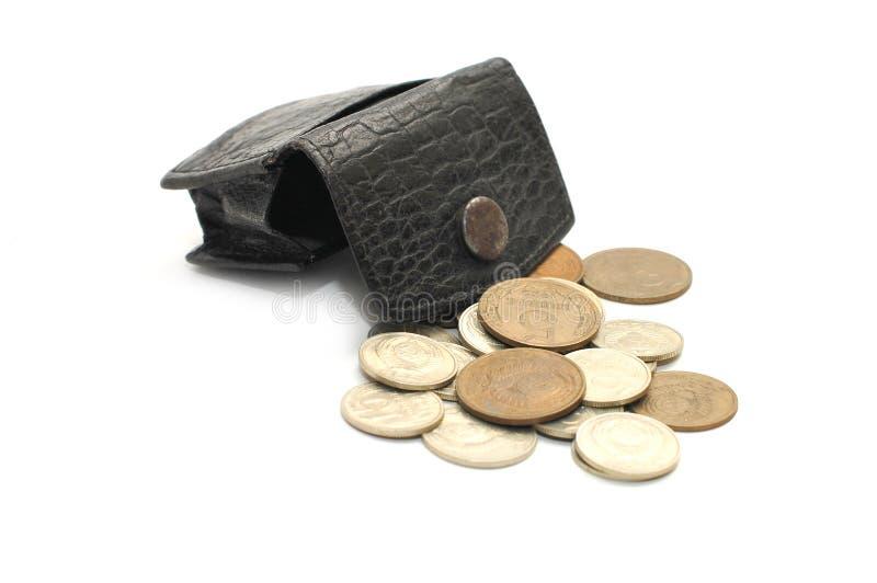 Monedero viejo y monedas de cuero aislados en blanco fotografía de archivo