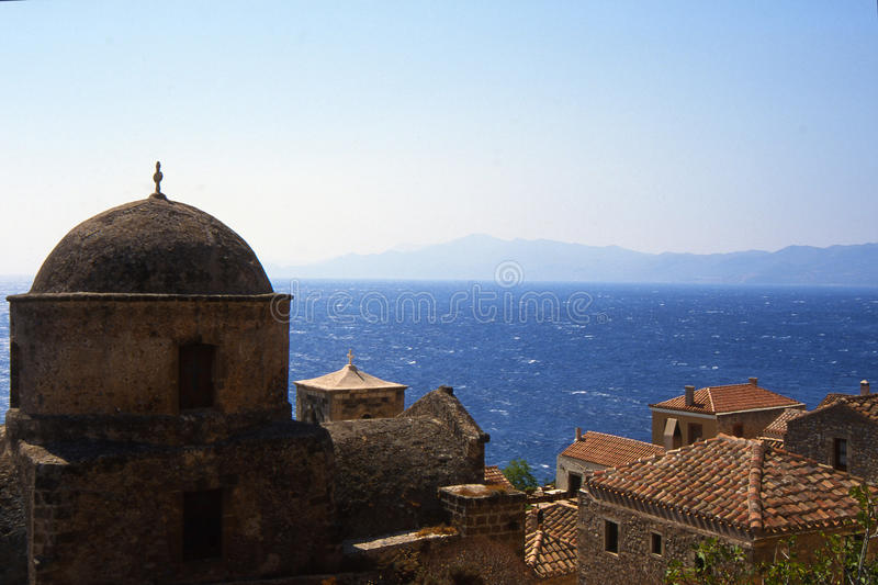 Monemvasia by i berg på halvön Monemvasia, Peloponnese, Grekland/härlig Monem för forntida stad vasia, Grekland fotografering för bildbyråer
