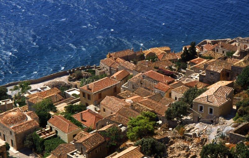 Monemvasia by i berg på halvön Monemvasia, Peloponnese, Grekland/härlig Monem för forntida stad vasia, Grekland royaltyfri foto