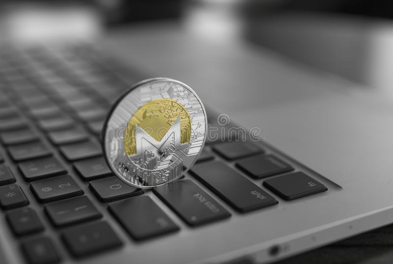 Monero在膝上型计算机的硬币标志,未来概念财政货币,隐藏货币符 Blockchain采矿 数字式金钱 库存照片