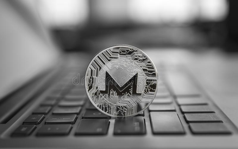 Monero在膝上型计算机的硬币标志,未来概念财政货币,隐藏货币符 Blockchain采矿 数字式金钱 免版税库存照片