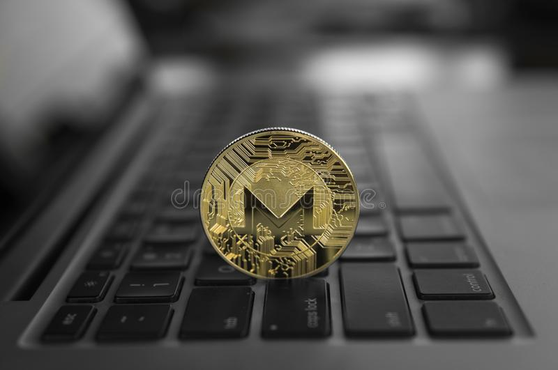 Monero在膝上型计算机的硬币标志,未来概念财政货币,隐藏货币符 Blockchain采矿 数字式金钱 免版税库存图片
