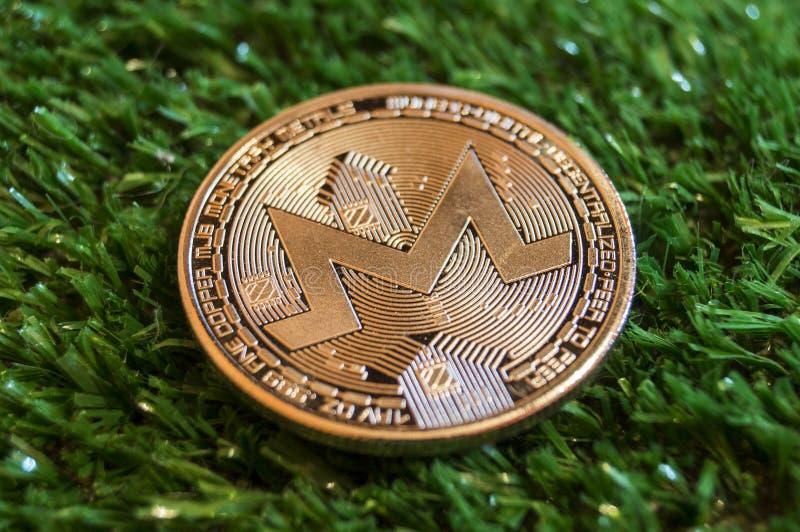 Monero è un modo moderno dello scambio e questa valuta cripto è mezzi di pagamento convenienti nei mercati di web e finanziari immagini stock
