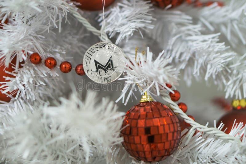 Monero i boże narodzenia, nowy rok srebny Monero Cryptocurrency Monero na choince zdjęcia stock