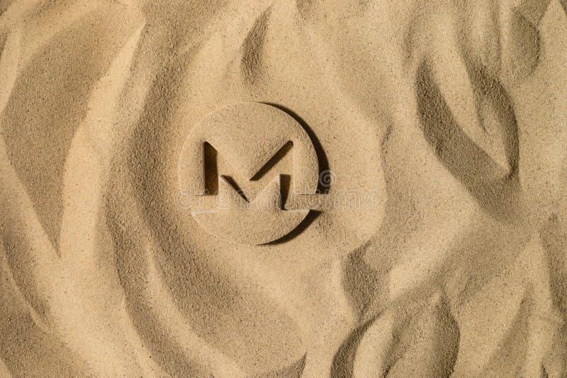 Monero symbol Pod piaskiem fotografia stock