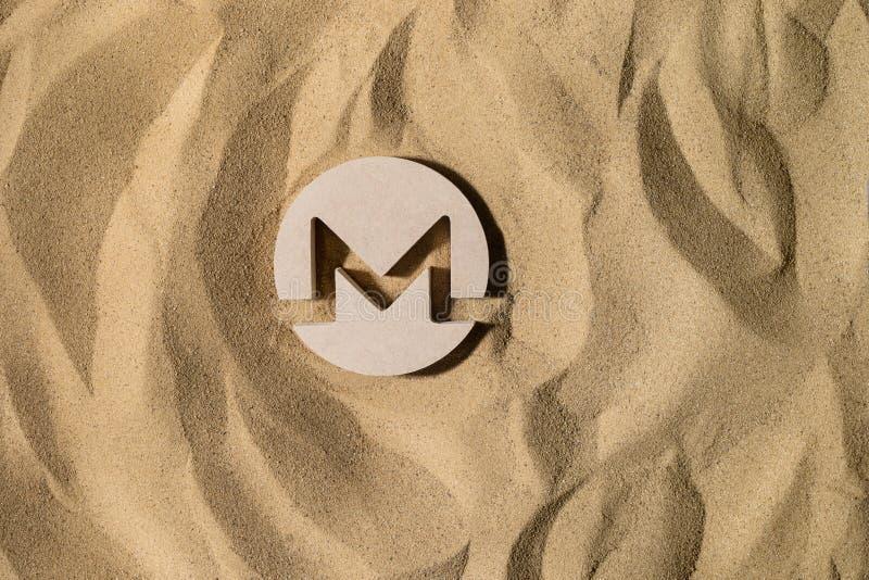 Monero znak Na piasku zdjęcie royalty free