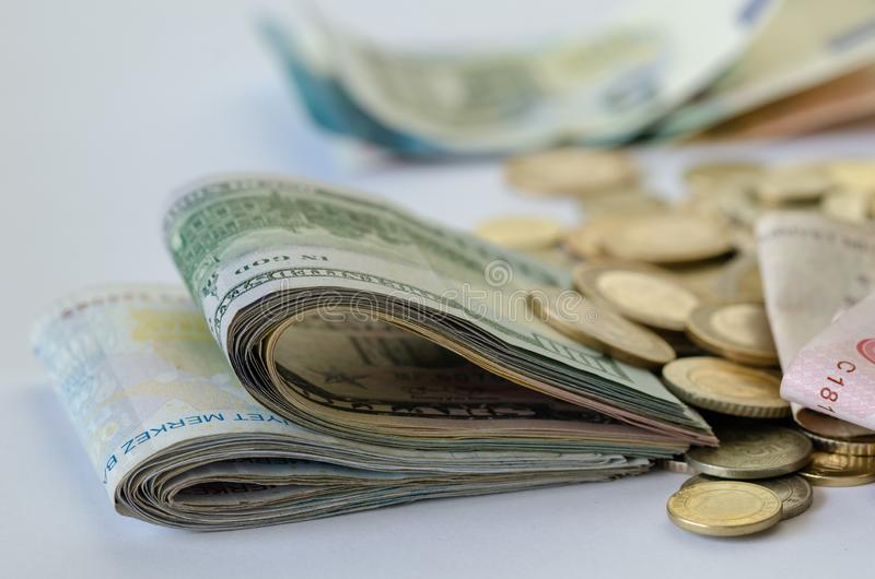 monet pojęcia ręk pieniądze stosu chronienia oszczędzanie Inwestycja i finanse obrazy royalty free