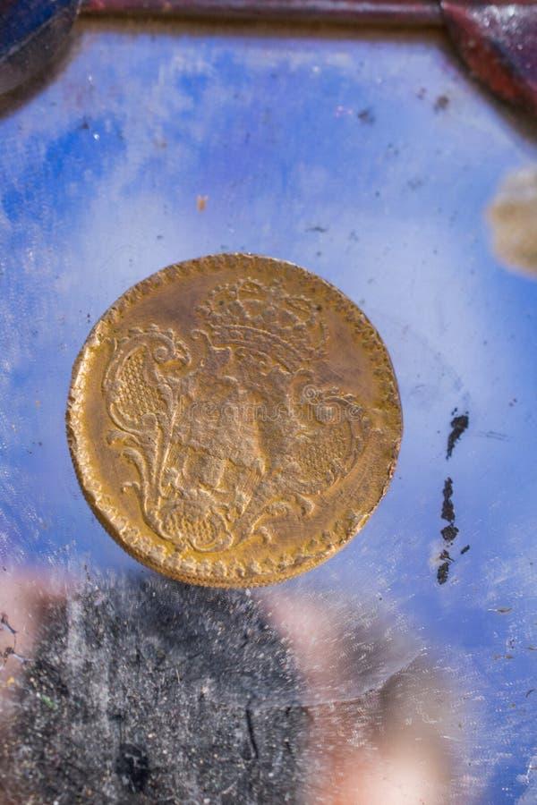 Moneta antica del metallo di colore dell'oro fotografie stock