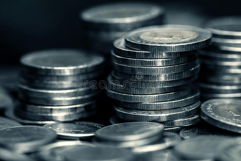 Moneta d'argento dei soldi che impila sul fondo scuro fotografia stock libera da diritti