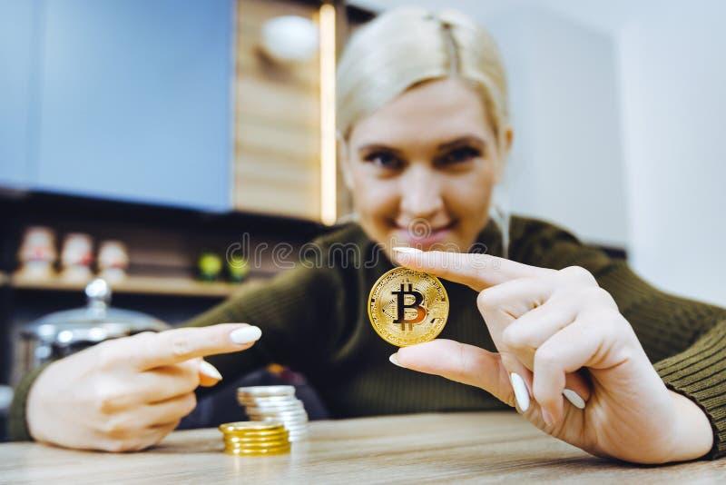 Moneta del bitcoin della tenuta della mano immagine stock libera da diritti