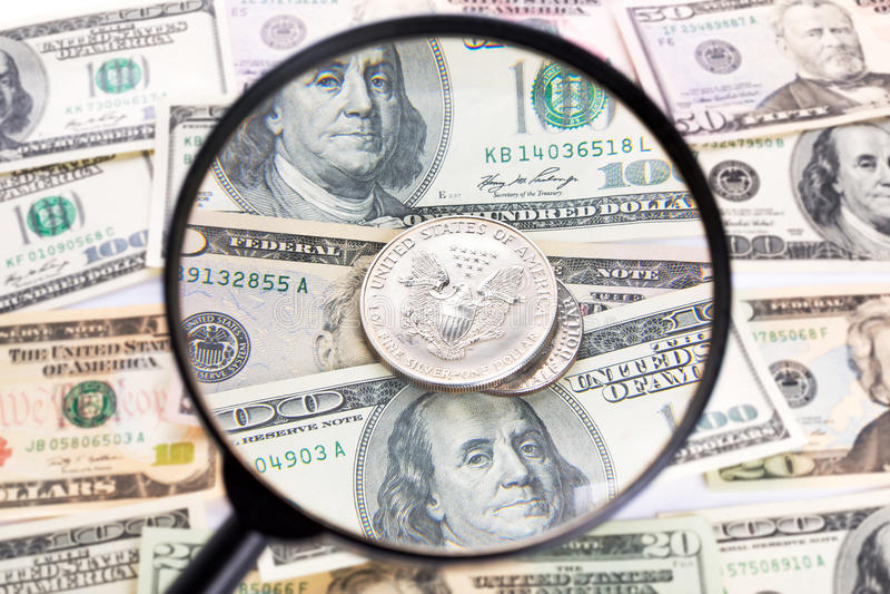 Dollaro Sotto La Lente D Ingrandimento Fotografia Stock