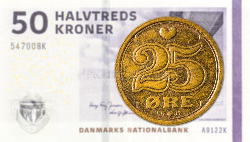 moneta del oere del Danese 25 contro una nota di 50 corone danesi fotografie stock libere da diritti
