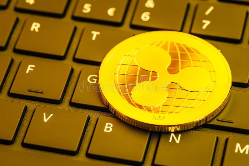 Moneta dell'ondulazione sulla tastiera di computer immagine stock