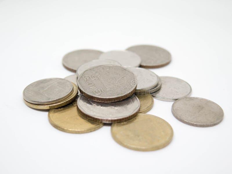 Moneta di baht tailandese, gruppo di monete, isolato su fondo bianco immagine stock