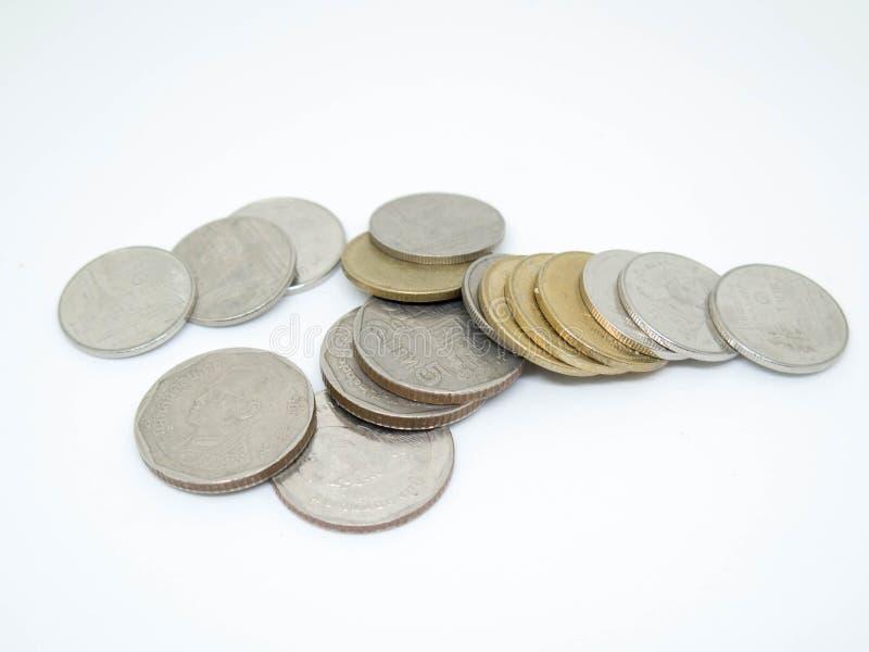 Moneta di baht tailandese, gruppo di monete, isolato su fondo bianco immagini stock libere da diritti