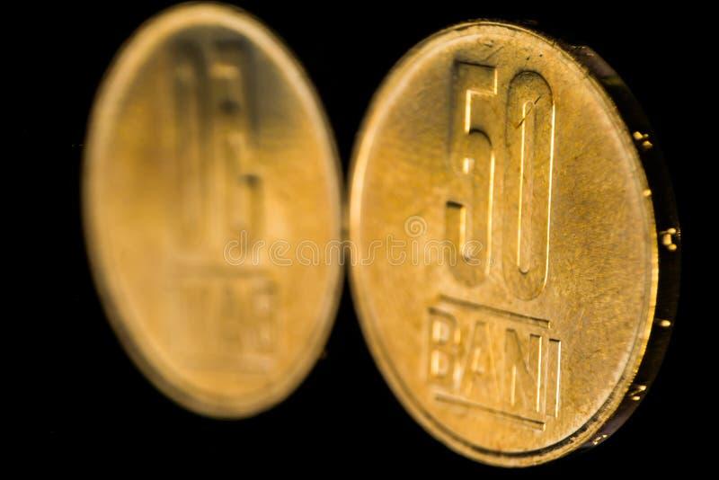 Moneta di bani di 50 Romania isolata sulla riflessione nera di specchio e del fondo immagini stock libere da diritti