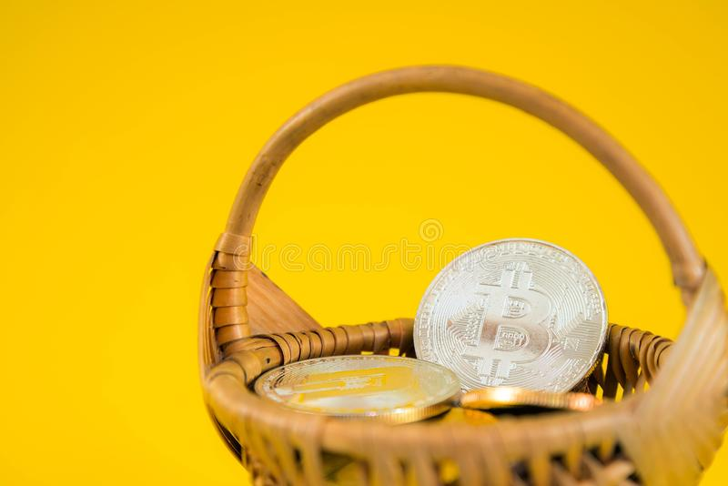 Moneta di Bitcoin del cerchio nel canestro di vimini su fondo giallo Valuta di Digital, mercato della catena di blocco, affare on fotografie stock libere da diritti