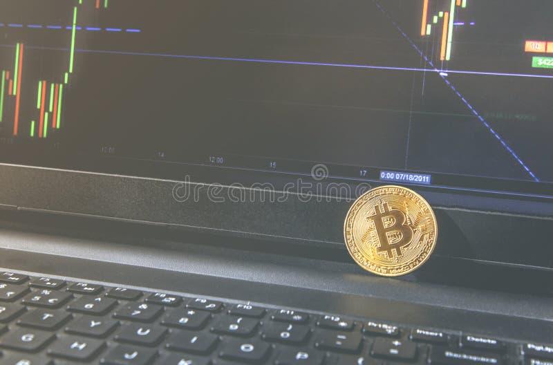 Moneta di Bitcoin disposta sul taccuino nero Il primo piano Bitcoin, scambia il valore virtuale, soldi digitali cripto Fondo Live fotografia stock libera da diritti