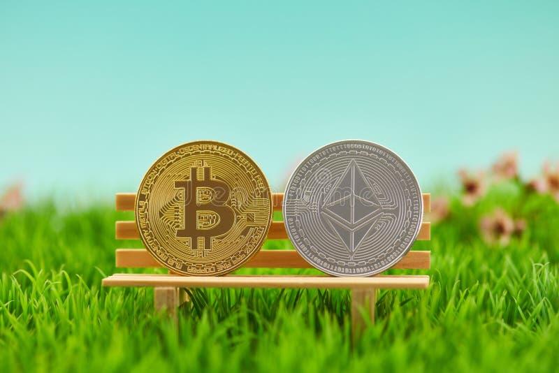 Moneta di Bitcoin e dell'etere come cryptocurrency fotografie stock