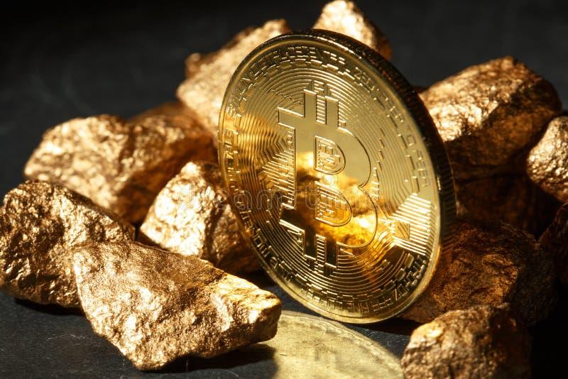 Moneta di Bitcoin e monticello dorati di oro Cryptocurrency di Bitcoin immagini stock