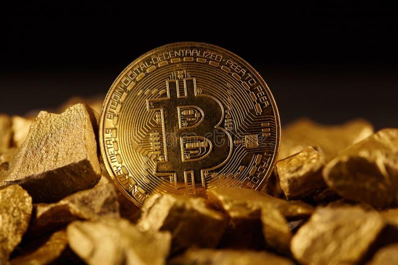 Moneta di Bitcoin e monticello dorati di oro Cryptocurrency di Bitcoin Concetto di affari fotografie stock