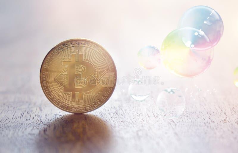 Moneta di Bitcoin e scoppiare la bolla di sapone immagini stock