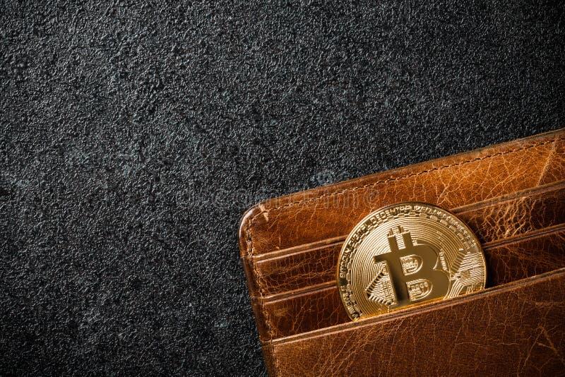 Moneta di Bitcoin in portafoglio su fondo nero immagine stock libera da diritti