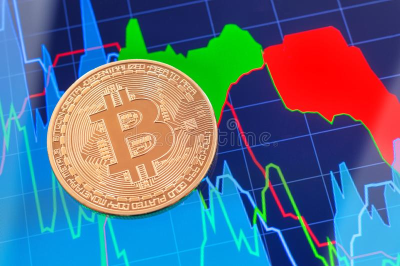 Moneta di Cryptocurrency Bitcoin sopra lo schermo della compressa fotografia stock libera da diritti