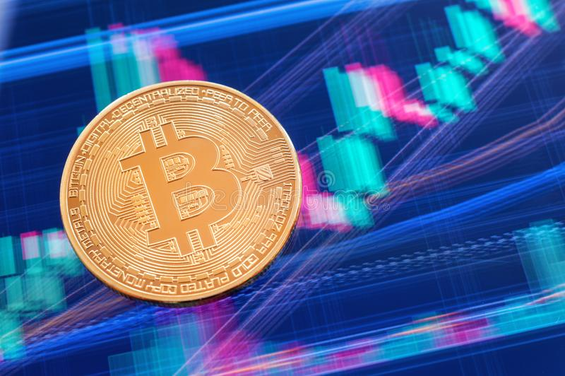 Moneta di Cryptocurrency Bitcoin sopra lo schermo della compressa fotografie stock