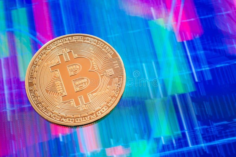 Moneta di Cryptocurrency Bitcoin sopra lo schermo della compressa immagine stock