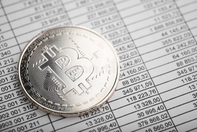 Moneta di cryptocurrency di Bitcoin sui numeri immagini stock