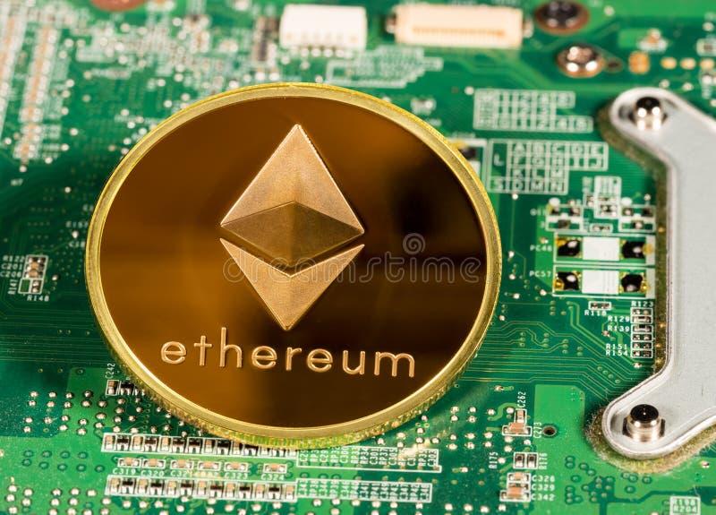 Moneta di Ethereum su un circuito stampato immagine stock libera da diritti