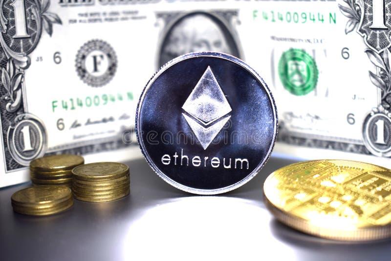 Moneta di Ethereum sui precedenti di un dollaro americano della banconota 1 fotografia stock