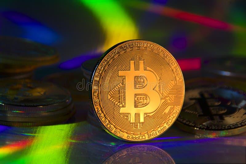 Moneta di monete in euro Moneta cibernetica su sfondo riflettente fotografia stock libera da diritti