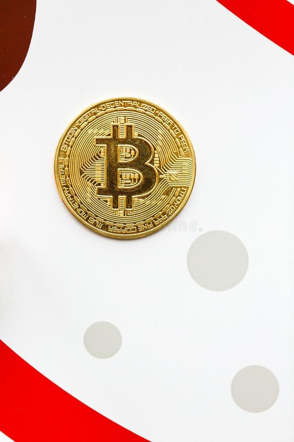 Moneta di oro di Bitcoin su un fondo di colore e di bianco fotografia stock