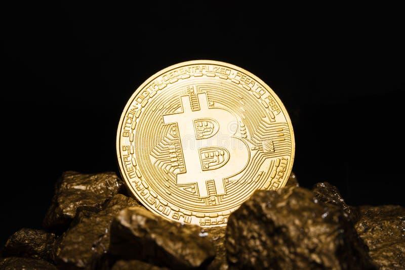 Moneta di oro Bitkoyn e un monticello di oro Bitcoin-cripto-valuta Concetto di affari fotografia stock libera da diritti
