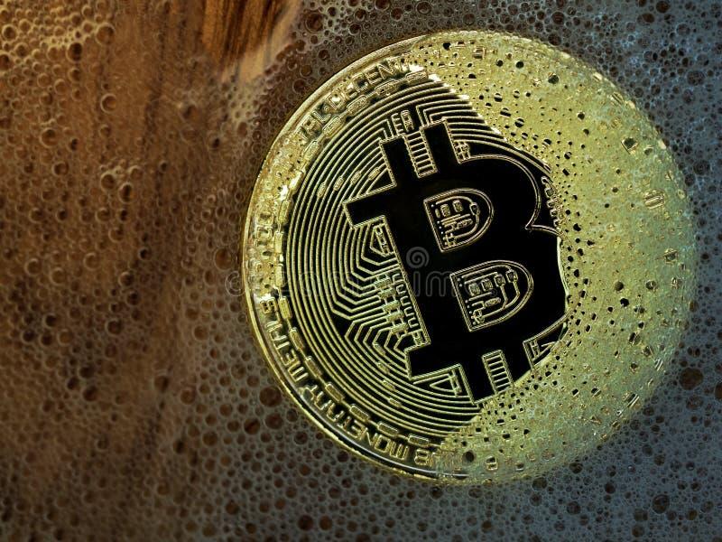 Moneta dorata del bitcoin in una bolla di sapone Concetto della bolla distribuita di tecnologia e del bitcoin del registro e del  fotografia stock libera da diritti