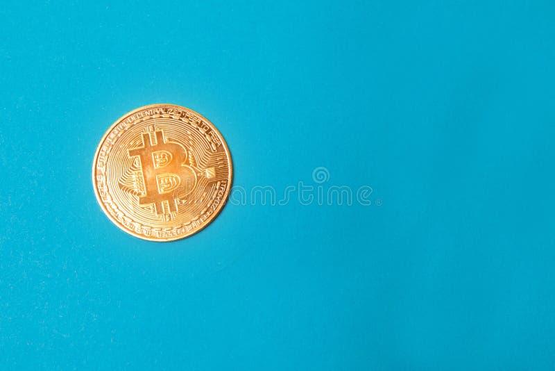 Moneta dorata di Bitcoin isolata su fondo bianco Bitcoins fotografia stock libera da diritti