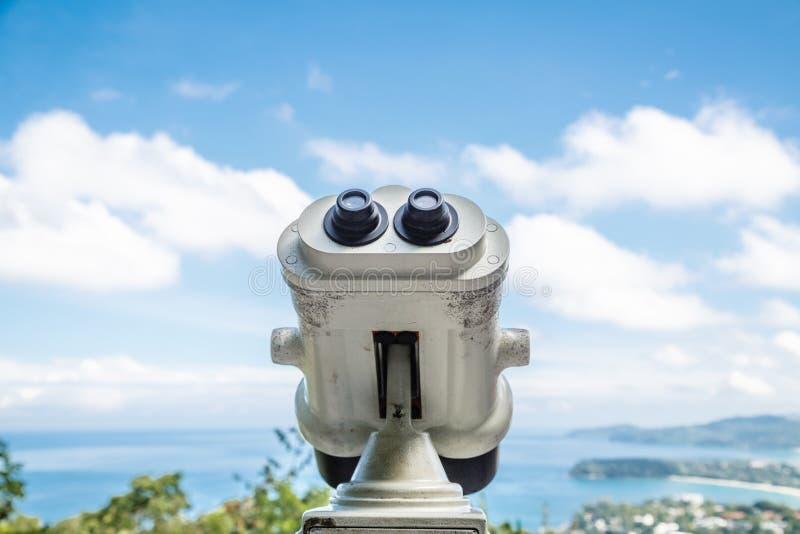 Moneta Działał Obuocznego widza obok nadbrzeżnego deptaka w Phuket przyglądającym za zatoce Krajobraz z zdjęcia royalty free