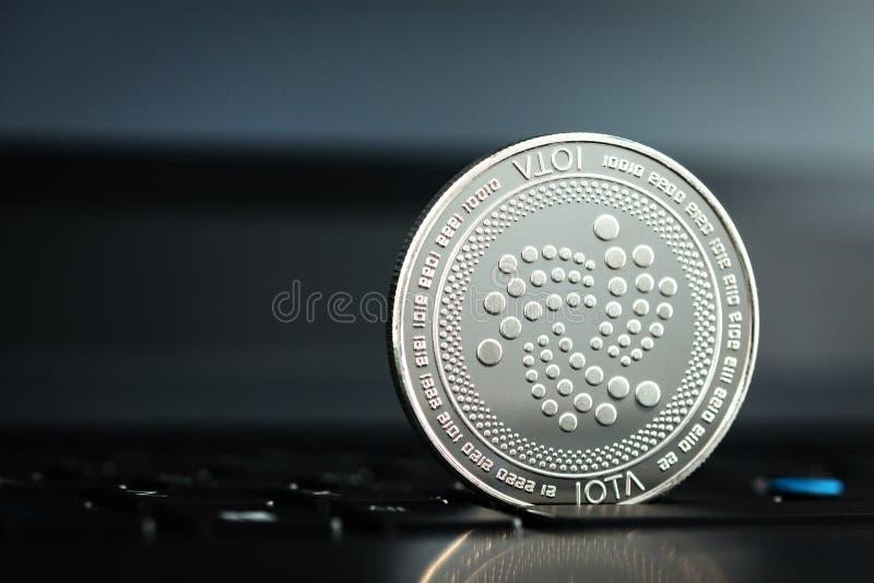 Moneta IOTA na klawiaturze notebooka zdjęcie stock