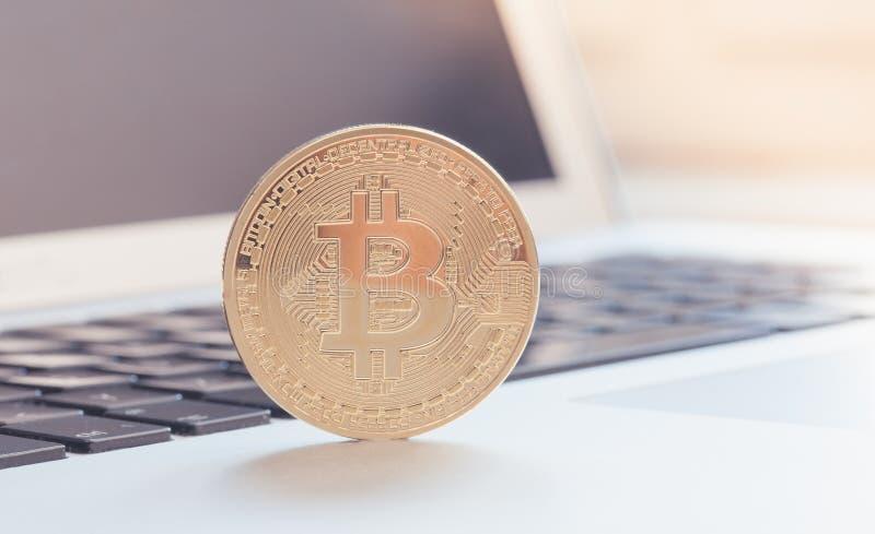 Moneta simbolica del pezzo sul computer portatile fotografie stock libere da diritti