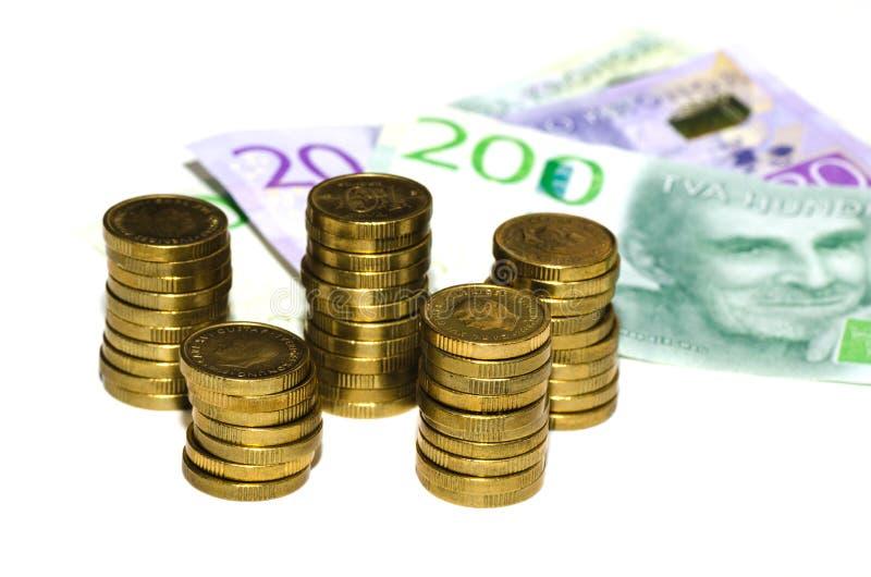 Moneta stosy z zamazanym papierowym pieniądze obrazy stock