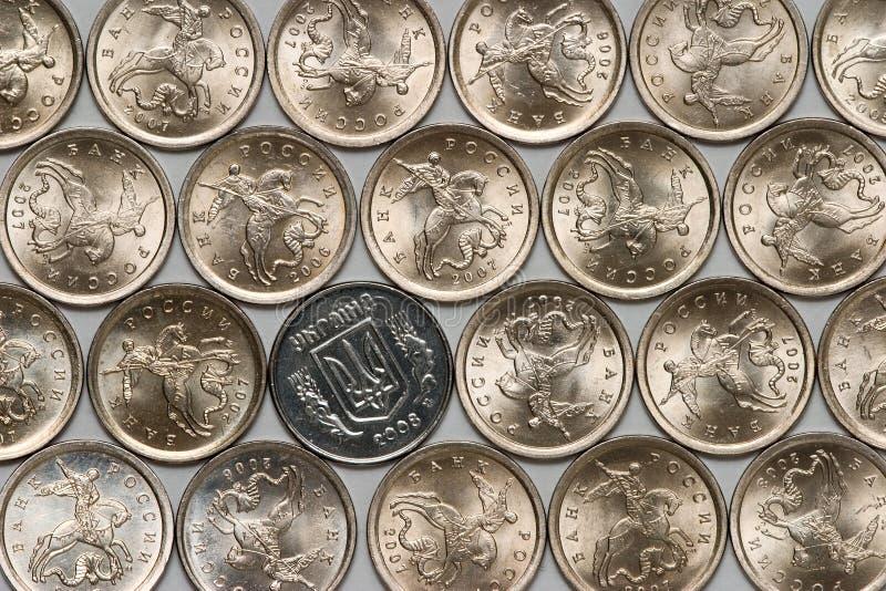 Moneta ucraina fra le monete russe fotografia stock libera da diritti