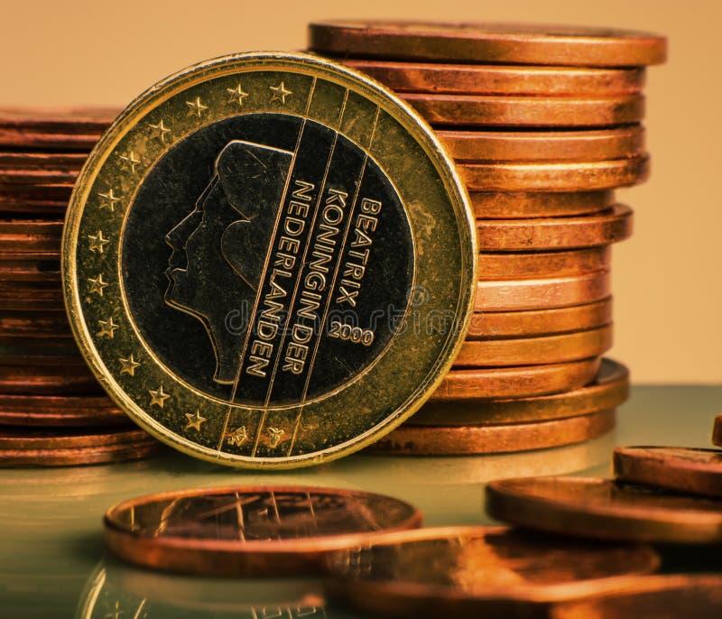 Moneta un EURO Coni su una denominazione vaga della moneta del fondo di immagini stock libere da diritti