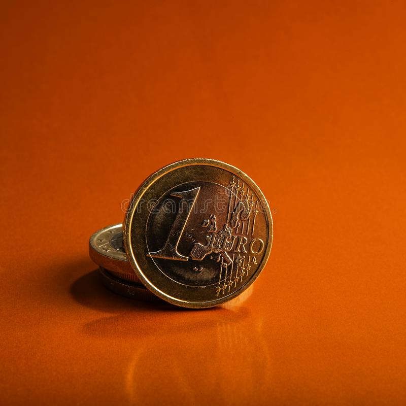 Moneta un EURO Coni su una denominazione vaga della moneta del fondo di fotografia stock libera da diritti