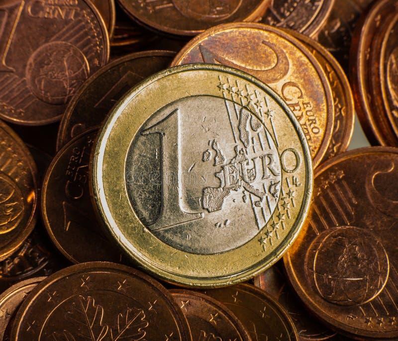 Moneta un EURO Coni su una denominazione vaga della moneta del fondo di fotografie stock libere da diritti